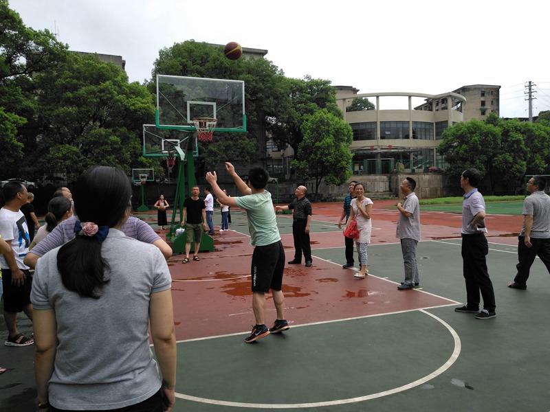 """我校举行庆""""七•一""""教职工定点投篮比赛"""
