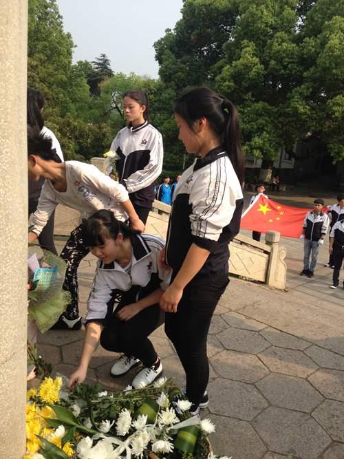 市职业中专组织学生开展清明祭扫活动